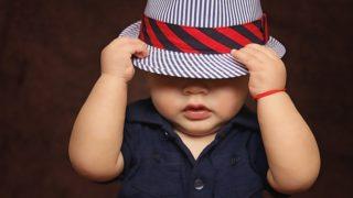 帽子をかぶった子ども